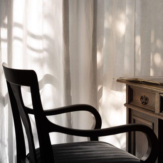 Stuhl vor Schreibtisch